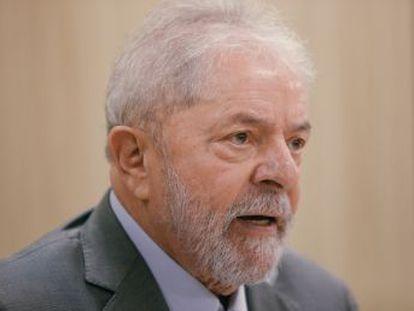 O ex-presidente petista entra em um pequeno auditório da superintendência da PF. Por duas horas, fala sobre a tristeza de perder o neto e faz um pronunciamento sobre sua prisão