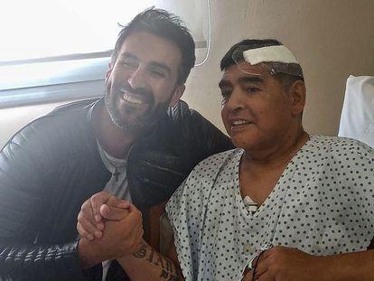 Maradona, com o médico Leopoldo Duque, em 11 de novembro.