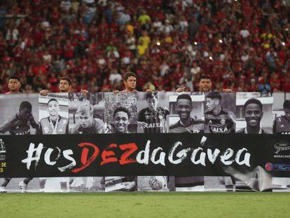 Garotos que morreram em incêndio foram homenageados no Maracanã.