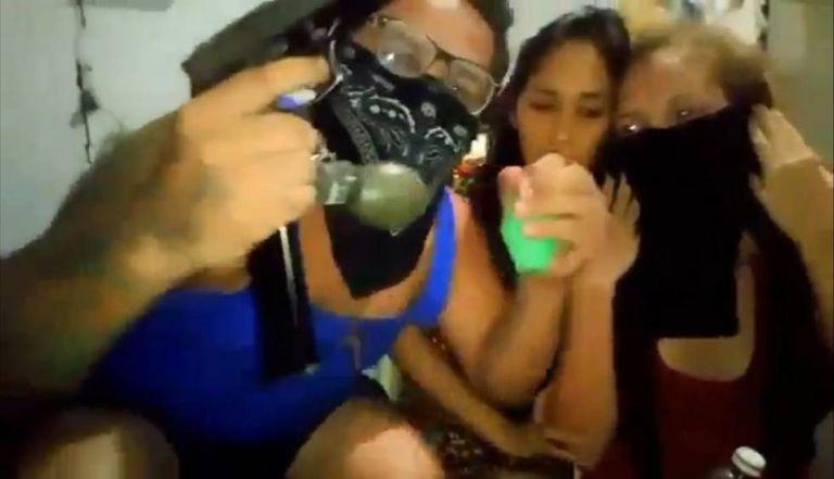 Captura de tela de um video onde aparece um homem que foi parado e duas mulheres que estavam de visita.
