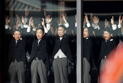 """Autoridades japonesas gritam """"banzai"""" em louvor ao imperador."""
