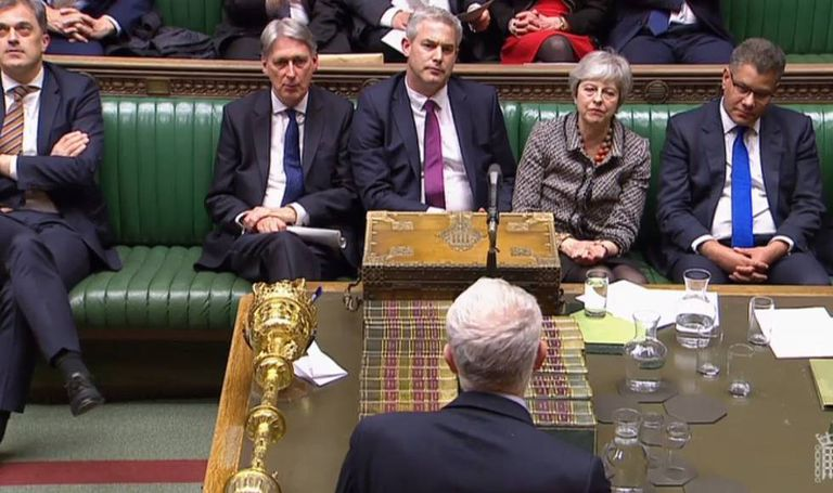 O líder trabalhista Jeremy Corbyn se dirige ao Governo de Theresa May nesta segunda-feira, na Câmara dos Comuns.