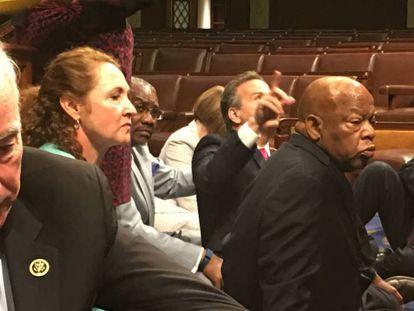 O representante democrata, John Lewis, lidera o protesto no chão do Congresso.