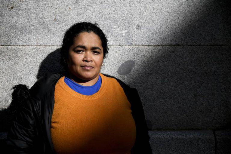 María Teresa Rivera, a primeira mulher a pedir asilo após ser condenada por um aborto em El Salvador, posa ao lado da sede da Anistia Internacional em Madri.