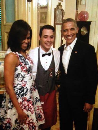 Os Obama com seu garçom Reinier Mely, na noite de domingo, em Havana.