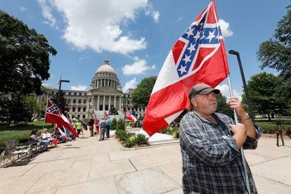 David Flynt em frente ao Legislativo do Mississippi com um grupo que apoia a bandeira estadual atual.