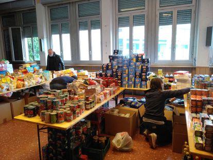 Voluntários distribuem alimentos em uma igreja em Roma, nesta segunda-feira.
