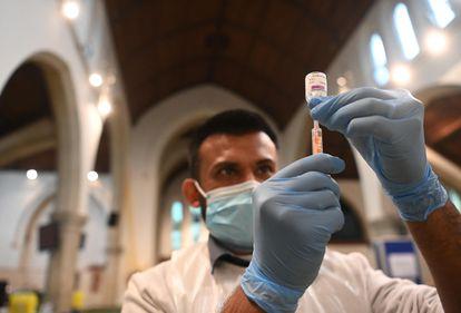 Farmacêutico prepara uma dose da vacina da AstraZeneca em 22 de fevereiro em Ealing, Londres.