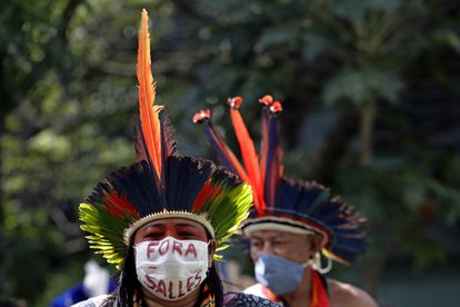 Mulher indígena protesta contra o ministro do Meio Ambiente, Ricardo Salles, em Brasília, nesta terça-feira.