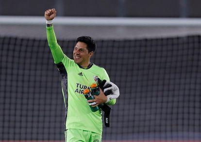 Enzo Pérez, volante e goleiro do River Plate nesta quarta-feira, celebra a vitória do seu time sobre o Santa Fé da Colômbia pela Copa Libertadores.