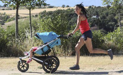 Beatriz Morillo, correndo com seus dois filhos.