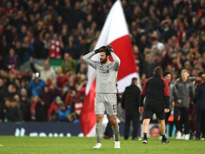 Alisson Becker celebra a vitória do Liverpool sobre o Barcelona.