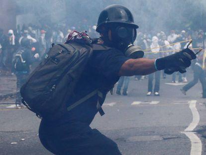 Manifestantes nesta segunda-feira nas ruas de Caracas.