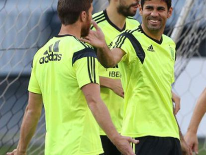 Costa brinca com Alonso no treino nos EUA.