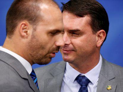 Segundo o Facebook, assessores de Eduardo (E) e Flávio Bolsonaro (D) alimentavam a rede de desinformação.