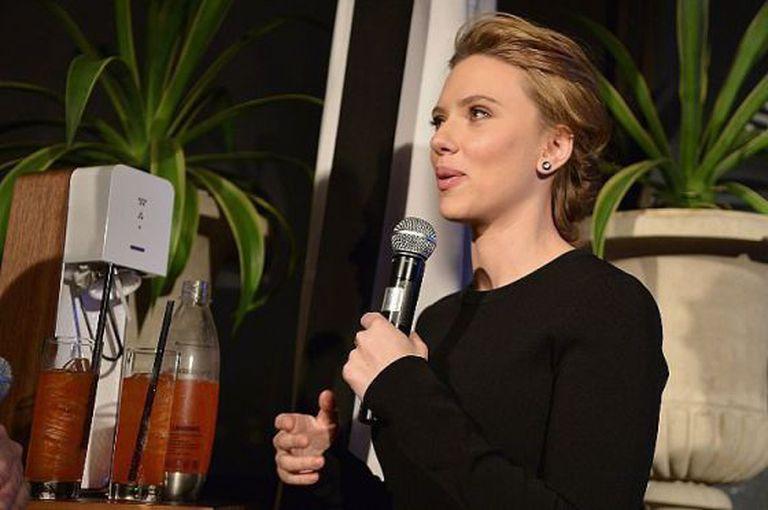 Scarlett Johansson com a máquina de fazer borbulhas Sodastream.