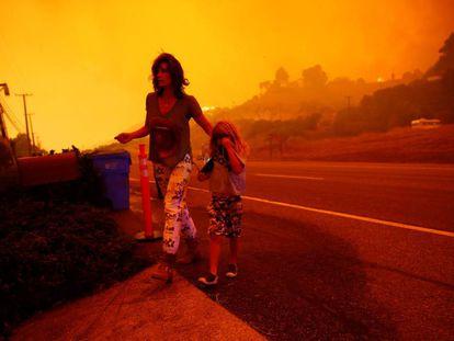 Residentes de Malibú fogem das chamas nesta sexta-feira.