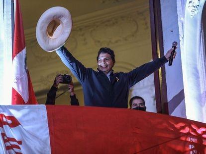 O candidato esquerdista à presidência do Peru, Pedro Castillo, cumprimenta seus seguidores da sacada da sede de seu partido, em 10 de junho de 2021