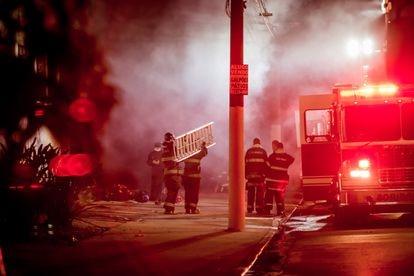 Bombeiros atuam no controle das chamas no galpão da Cinemateca Brasileira, em São Paulo.