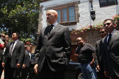 Salinas (no centro) ao sair da casa de García Márquez.