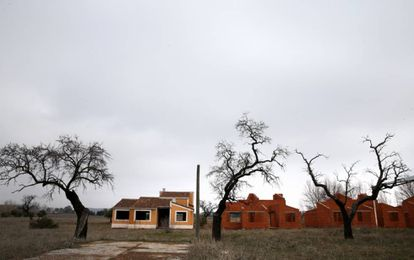 Várias casas do que deveria ter sido um complexo de luxo em Villamayor de Calatrava.