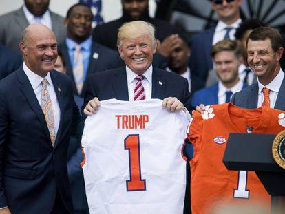Donald Trump, na segunda-feira, dia 12 de junho, com uma camiseta da Universidade de Clemson, em Washington.