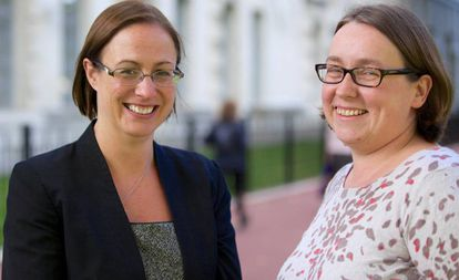 Caroline Pusey (à esq.) e Heather McNaughton, que dividem o comando do departamento pessoal do Ministério de Defesa britânico.