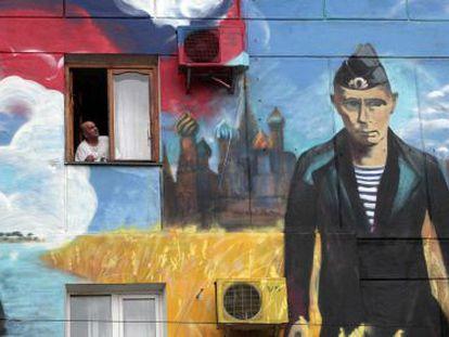 Retrato de Vladimir Putin em um grafite na Crimeia.