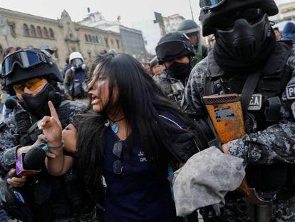 A polícia boliviana detém uma manifestante em La Paz em 21 de novembro.