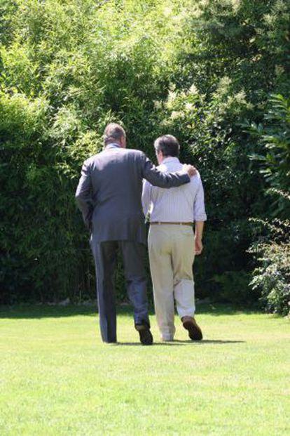 O Rei passeia com o ex-presidente Adolfo Suárez.