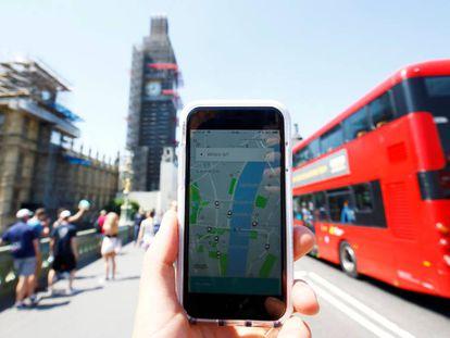 Celular com aplicativo do Uber em Londres.