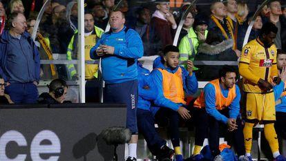 Shaw, goleio do Sutton, come um pastel na disputa contra o Arsenal.