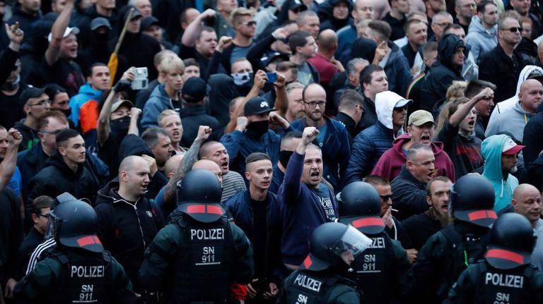 Manifestante na concentração organizada pelo PEGIDA nesta segunda-feira em Chemnitz (Alemanha)