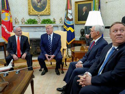 Trump ao lado do primeiro-ministro israelense Benjamin Netanyah, do vice-presidente Mike Pence e do secretário de Estado Mike Pompeo durante conferência na Casa Branca, em Washington.