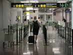 El Aeropuerto de Barcelona abre nuevamente en servicio la T2 para adaptarse a la situación operativa y facilitar la distancia de seguridad y evitar posibles aglomeraciones ante el coronavirus. En la imagen, un viajero en la Terminal 2, este sábado.