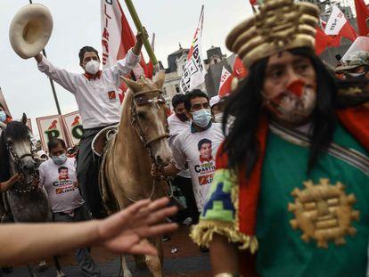 O candidato presidencial do Peru Pedro Castillo monta a cavalo no fechamento de campanha, em 8 de abril.