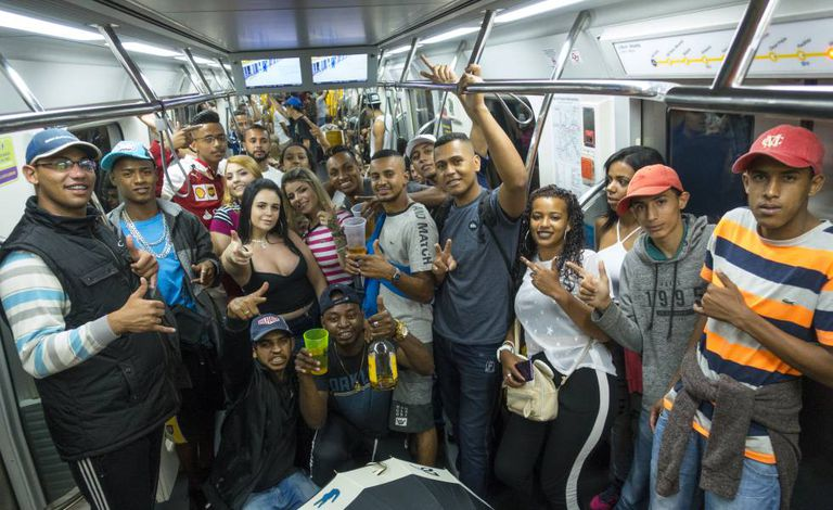 Do extremo leste ao Paraisópolis: a caminho de um dos maiores fluxos de baile funk de São Paulo. Bruno, ao centro com uma garrafa de whisky na mão.