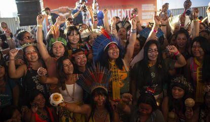 Mulheres indígenas de várias etnias na plenária do Acampamento Terra Livre.