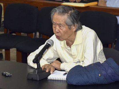 Numa imagem de arquivo, o ex-presidente peruano Alberto Fujimori depõe a um juiz sobre uma matança de camponeses ocorrida em 1992.