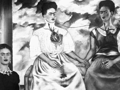 A pintora Frida Kahlo, com sua obra 'As duas Fridas'.