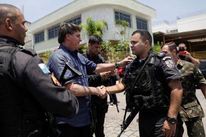 Jair Bolsonaro cumprimenta policial militar do Rio de Janeiro após votar, em novembro de 2020.