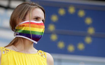 Ativista mostra seu apoio à comunidade LGTBI polonesa em frente ao Parlamento Europeu, nesta terça-feira.