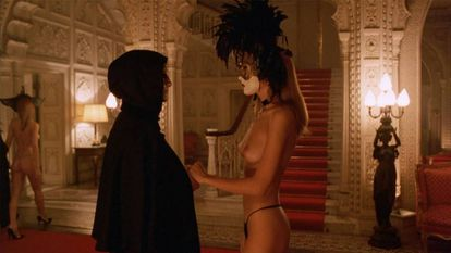 O casal formado na época por Tom Cruise e Nicole Kidman está em 'De olhos bem fechados' (1999), de Stanley Kubrick. Na cena, Cruise e uma integrante da casa de orgias.