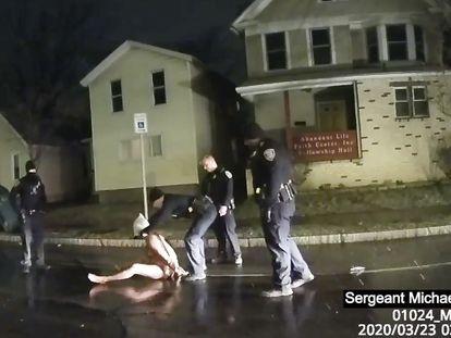 Gravação da prisão de Daniel Prude em 23 de março, em Rochester, Nova York.