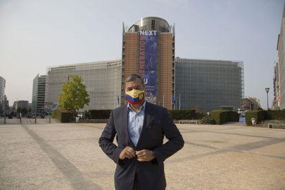 O ex-presidente equatoriano Rafael Correa, em frente ao edifício da Comissão Europeia.