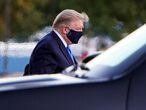 """U.S. President Donald Trump arrives at Walter Reed National Military Medical Center by helicopter after the White House announced that he """"will be working from the presidential offices at Walter Reed for the next few days"""" after testing positive for the coronavirus disease (COVID-19), in Bethesda, Maryland, U.S., October 2, 2020.  REUTERS/Joshua Roberts     TPX IMAGES OF THE DAY"""