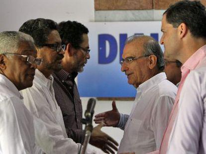 Membros das FARC e do Governo em Havana.