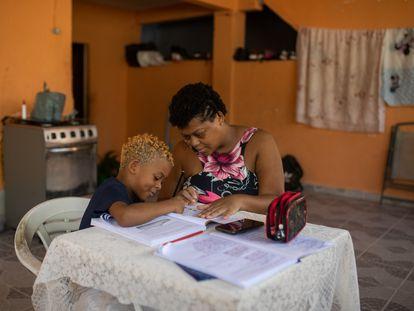 Uma mãe ensina a tarefa escolar ao filho em casa, no Rio de Janeiro.