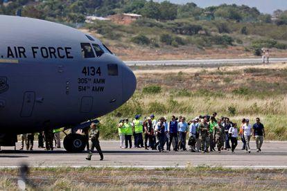Um avião militar dos EUA com suprimentos para a Venezuela aterrissa no aeroporto de Cúcuta, Colômbia.