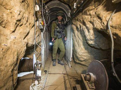 Um soldado israelense, em um dos túneis do Hamas.